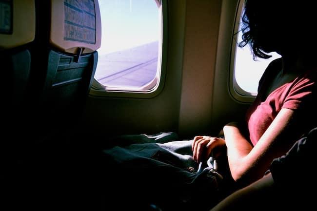 Fensterplatz im Flugzeug schlafen